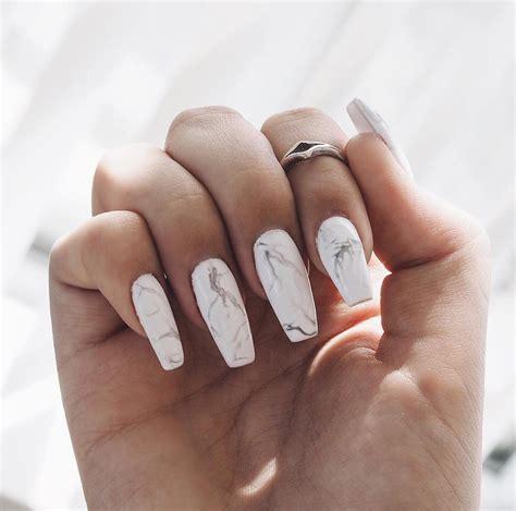 20+ Hermosas Diseños de Uñas en Blanco que te Encantarán