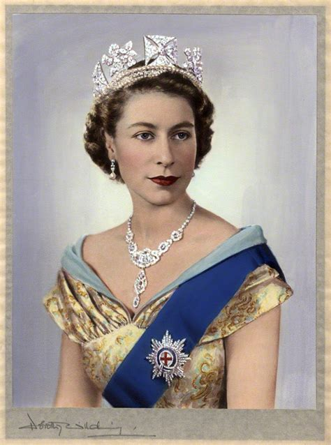 30 of Our Favorite Portraits of Queen Elizabeth II to ...