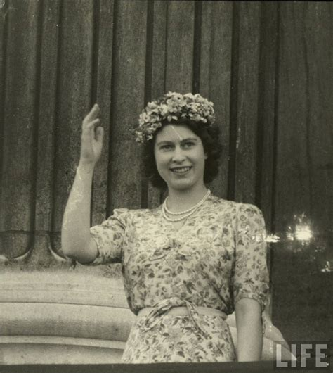 30 Rare and Stunning Vintage Photos of a Young Queen ...