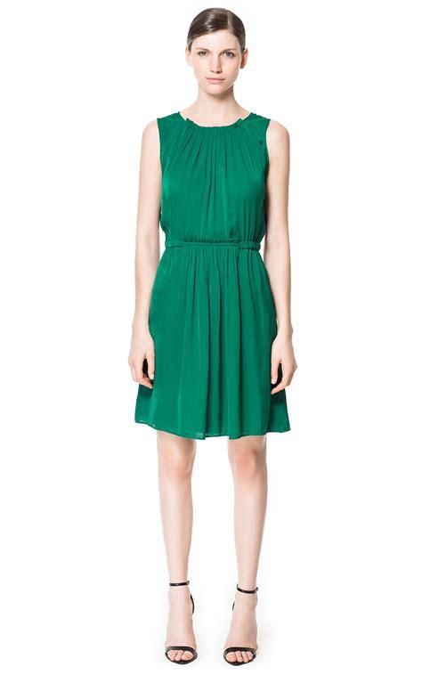 5 maneras de combinar un vestido verde | Vestidos Glam