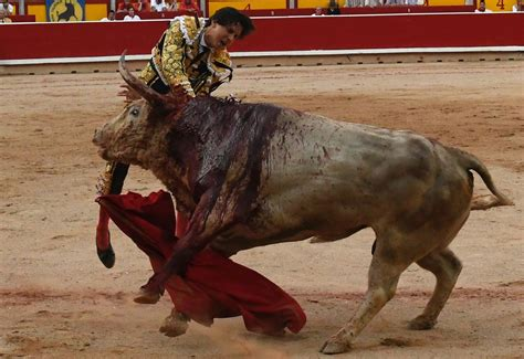 7ª de San Fermín en Pamplona. Cayetano cae de pie en su ...