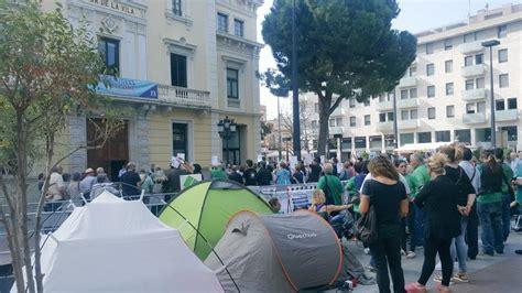 Activistas de la PAH acampan en la plaza del Ayuntamiento ...