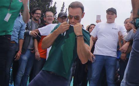 Aficionados mexicanos dedican porra a Zague previo a partido