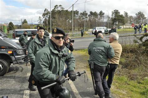 Agentes contra señoras con paraguas | Galicia | EL PAÍS