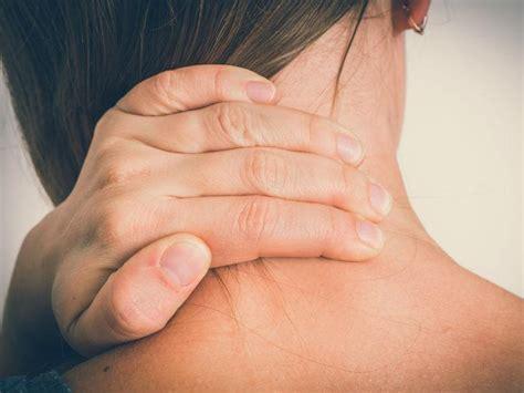 Alivia el dolor de cuello por estrés con estos 7 pasos ...