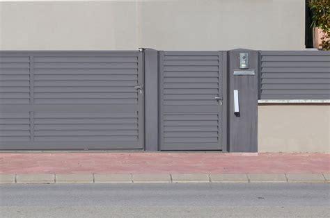 Aluminios Clades: Vallas, Cancelas y Puertas de exterior.