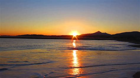 Amanecer en la playa de Onyarbi durante la salida del sol ...