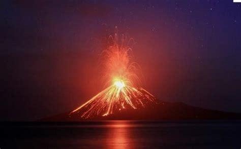 Anak Krakatau hace erupción y 15 volcanes más se despiertan
