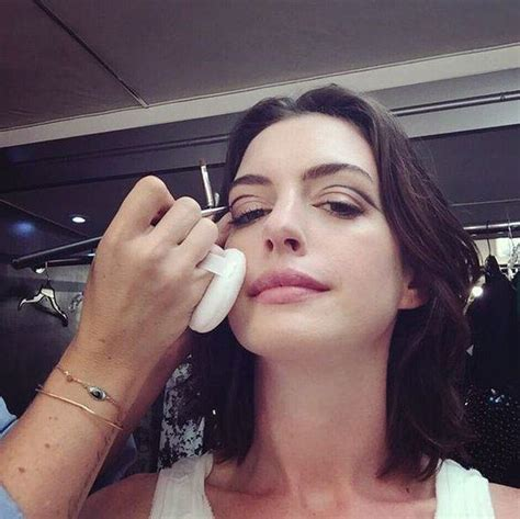 Anne hathaway gets creative with graphic eyeliner in this ...