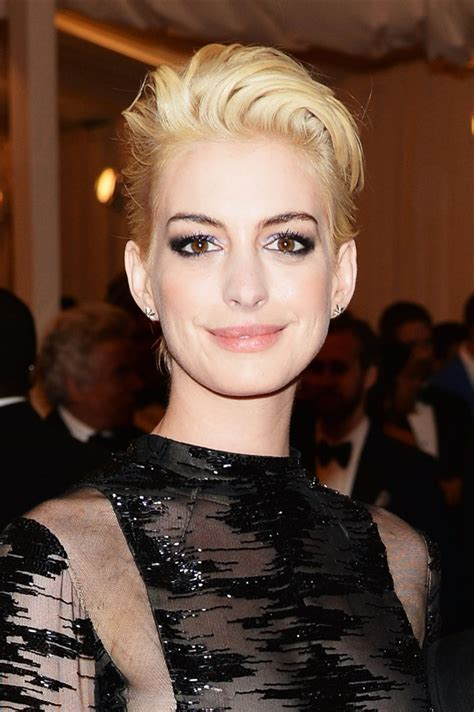 Anne Hathaway s hair is blond now — see her new look!