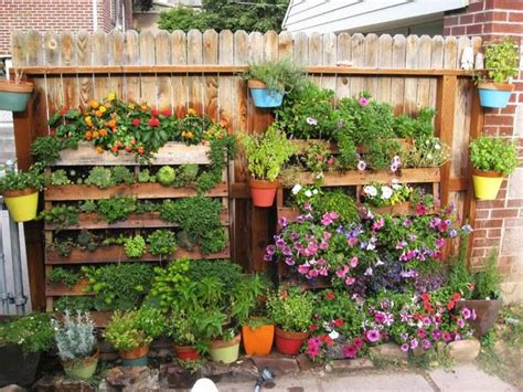 Another simple and creative use of wooden pallets: easy ...