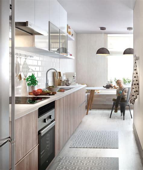 Ante una cocina estrecha, utilizar colores claros, ayudará ...