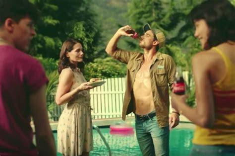 Anuncio de Coca Cola con limpiador de piscina