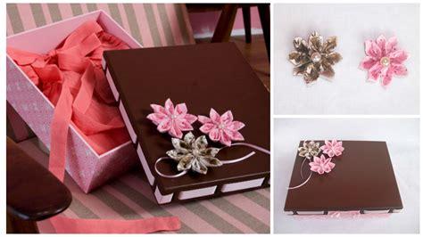 Aprende cómo decorar cajas de regalo con flores de tela ...