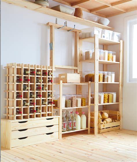 Aprovecha las estanterías y cajas de madera para crear un ...
