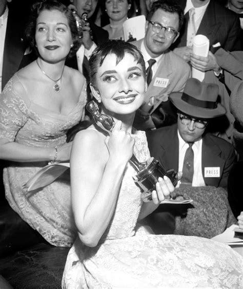 Audrey Hepburn, holds her Academy Award | Hollywood ...
