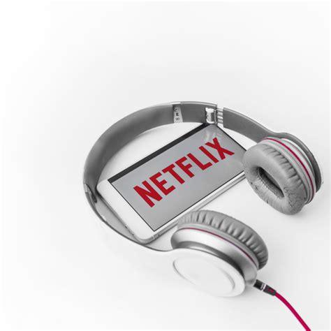 Auriculares y teléfono inteligente con logo de netflix ...