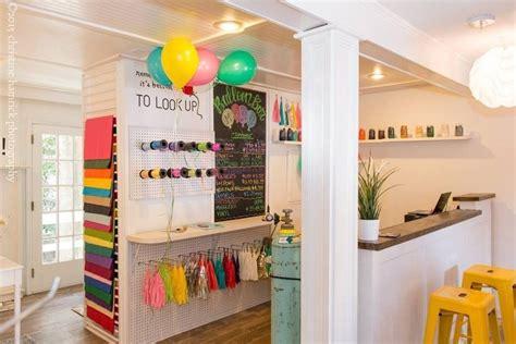 Balloons station | Interiores de tiendas de regalo, Diseño ...