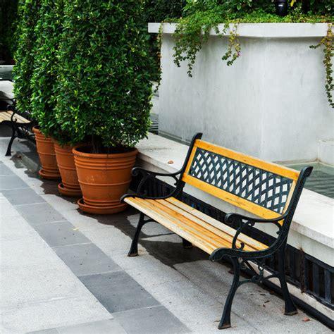 Banco blanco clásico en el jardín | Foto Premium