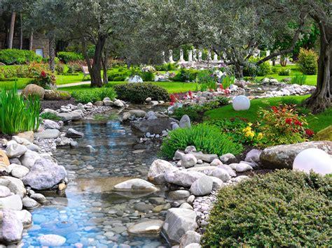Banco de Imágenes: Jardín asiático con río, plantas y ...