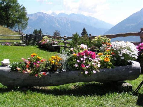 BANCO DE IMÁGENES: Jardín con flores de colores junto a ...