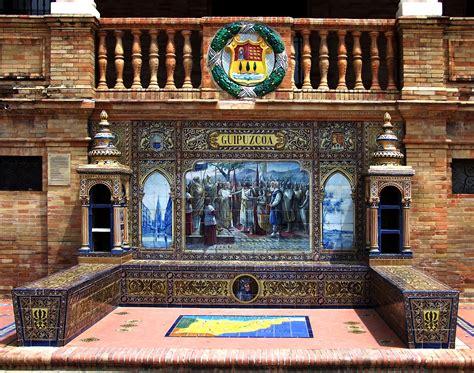 Bancos de cerámica y escudos de la Plaza de España de ...