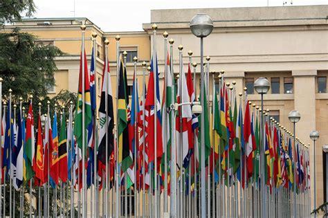 Banderas de países ante la sede de la ONU en Ginebra