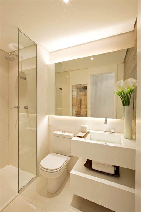 Banheiros modernos por homify moderno | Banheiros modernos ...