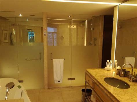 Baño completo, con wc separado del resto, con ducha y ...
