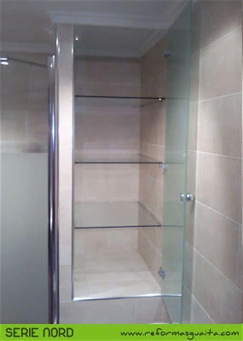 Baño con Serie Nord y armario de cristal ~ Reformas Guaita