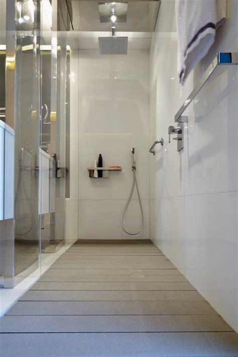 Baño con suelo de tarima técnica de exterior gris ...
