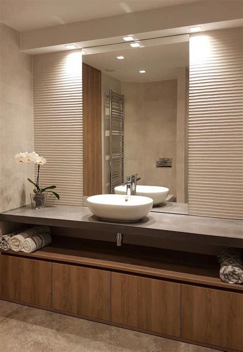 Baño minimalista. Lavabo ovalado sobre encimera. Encimera ...