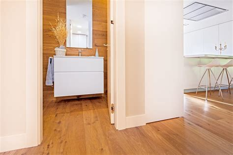Baños modernos de tarimas de autor moderno madera acabado ...