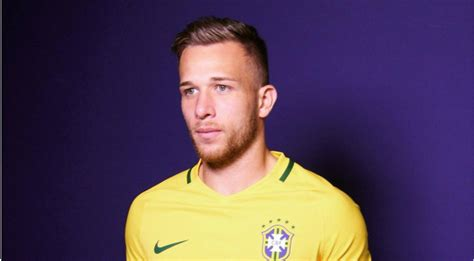 Barcelona confirms the signing of Brazilian midfielder ...
