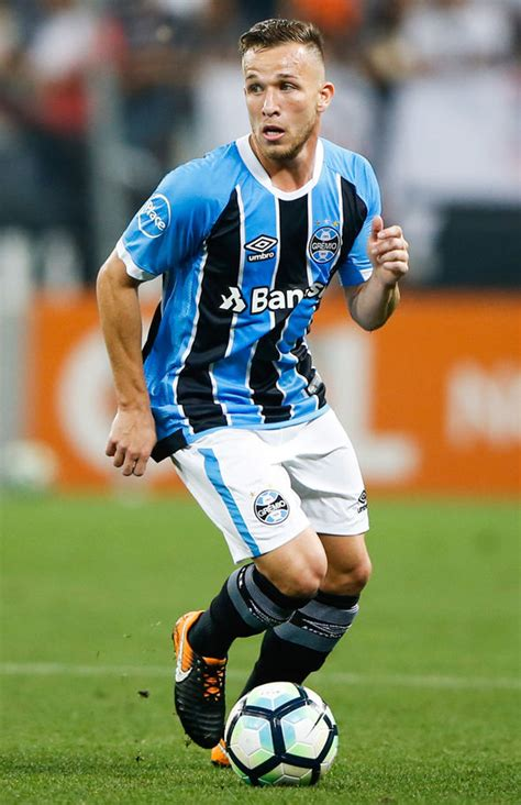 Barcelona reach agreement to sign Arthur from Gremio for £ ...
