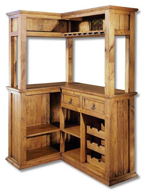 Barra de bar de madera rústica y colonial. Mueble bar