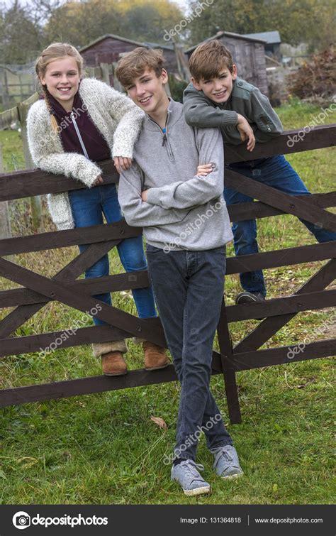 Bboy y niños niña y adolescente en jardín — Fotos de Stock ...