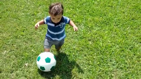 Bebe dominando el balón   YouTube