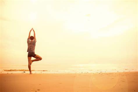 Beneficios de practicar yoga y meditación en la playa ...