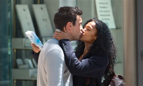 ¡Besos y más besos! Mario Casas y Berta Vázquez están ...