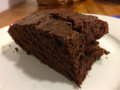 Bizcocho esponjoso de chocolate negro | Bicheando en la cocina