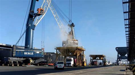 Buque BULK FINLAND descargando harina de soja, puerto de ...