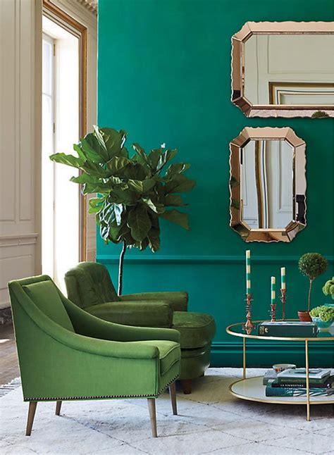 Butacas tapizadas en color verde y paredes verde agua ...