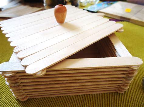 Caja con palitos de madera o palitos de paleta.