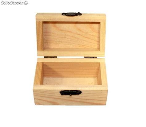 Caja de madera lisa pequeña y cierre tipo cofre