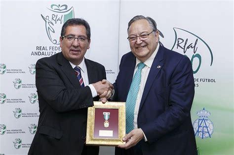 Cajasol recibe la medalla del centenario de la Real ...