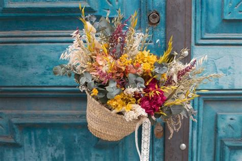 Capazo decorativo con flor seca y preservada con tonos ...