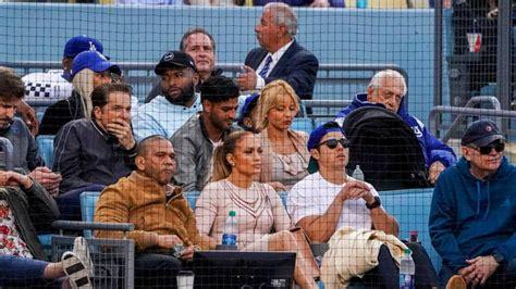Carlos Vela, espectador de lujo en un juego de Grandes Ligas