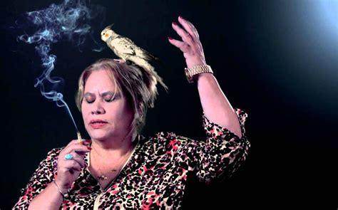 Carmina, la madre de Paco León, una  youtuber  con guasa ...