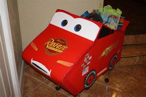 Carro hecho de carton para poner los regalos para el ...